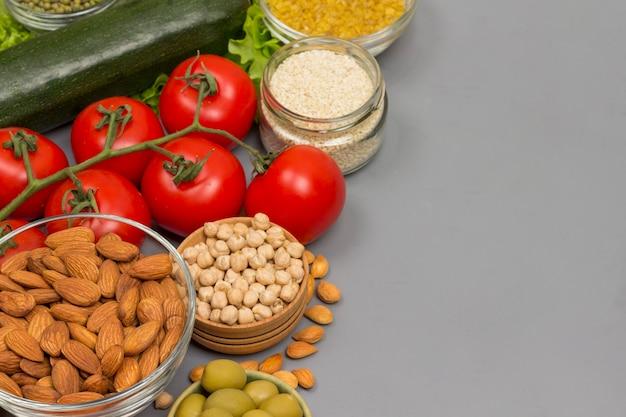 Zbilansowany zestaw pokarmowy, zielone, czerwone warzywa, nasiona orzechów.