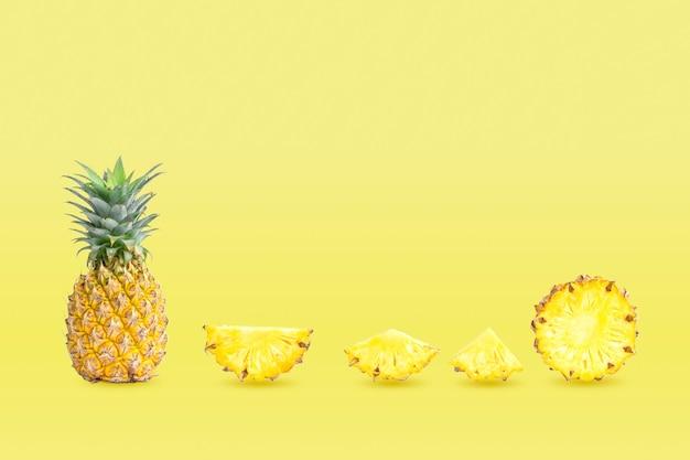 Zbiór ananasów grupowych i pokrojonych na białym tle