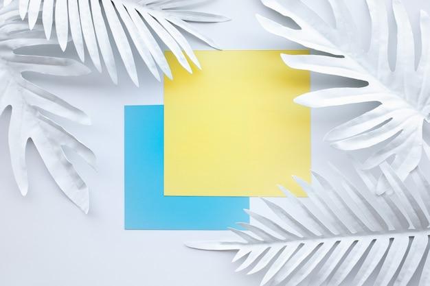 Zbiór białych tropikalnych liści, roślin o geometrycznym kolorze
