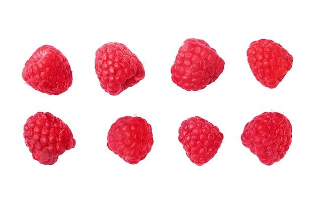 Zbiór dojrzałych czerwonych malin, na białym tle.