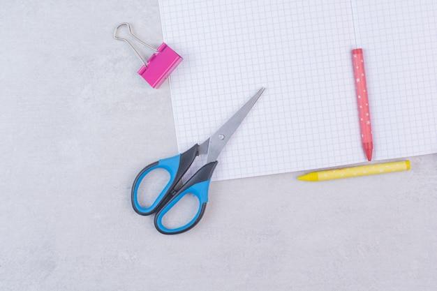 Zbiór materiałów biurowych na białym tle.