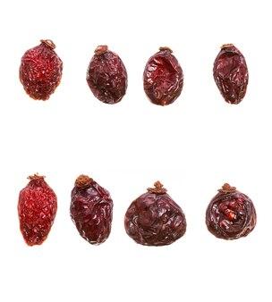 Zbiór owoców dzikiej róży na białym tle. jagody z witaminą. zdjęcie wysokiej jakości