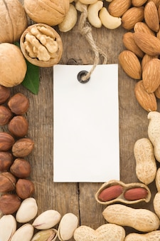Zbiór owoców orzechów i etykiety znacznika na fakturze drewna