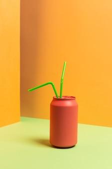 Zbiór plastikowych słomek w puszce