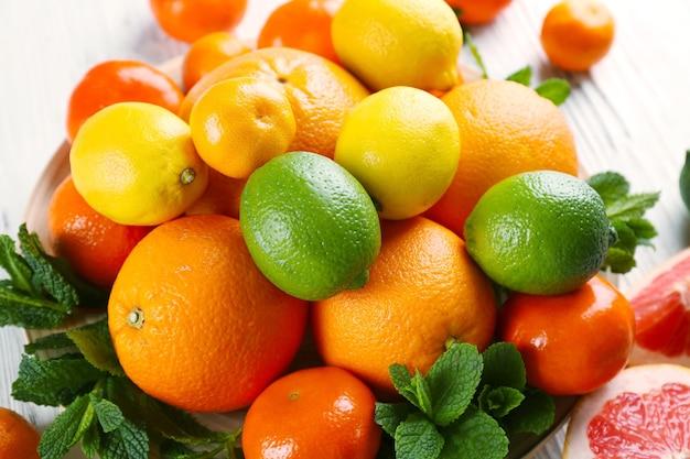 Zbiór różnych owoców cytrusowych, z bliska