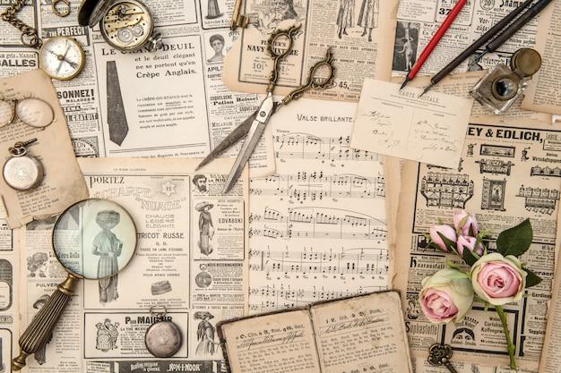 Zbiór starych gazet i przedmiotów