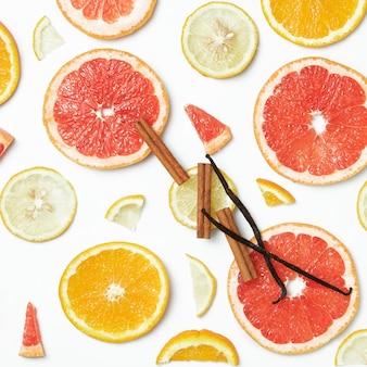 Zbiór świeżych całych i pokrojonych żółtych, pomarańczowych i czerwonych owoców na białej rustykalnej powierzchni