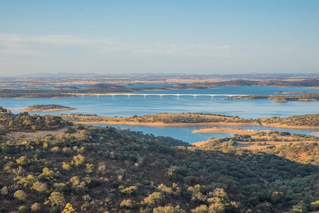 Zbiornik alqueva dam w alentejo, portugalia
