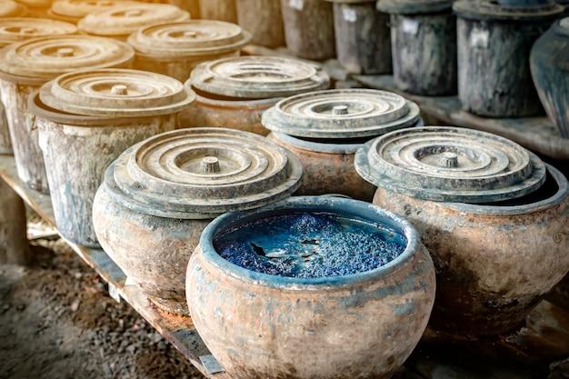 Zbiornik do utwardzania indygo w browarze przed przerobieniem na tkaninę. aby uzyskać piękny indygo-niebieski kolor, sakon nakhon, tajlandia
