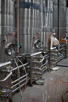 Zbiornik magazynowy w fabryce butelek