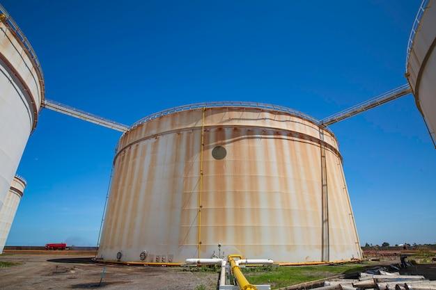 Zbiornik oleju z rurociągiem rafinerii ropy naftowej błękitne niebo