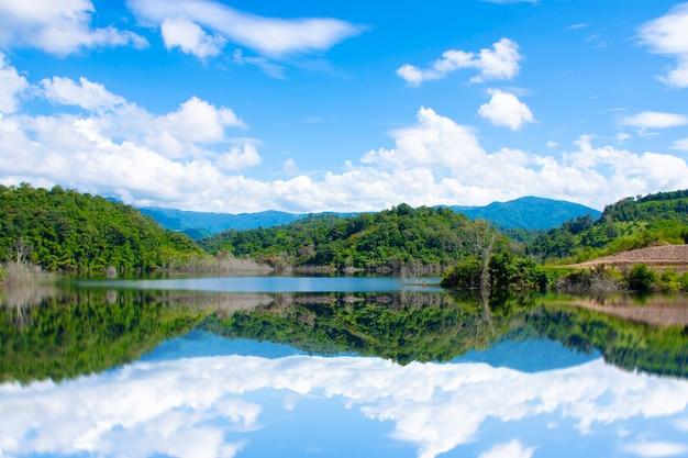 Zbiornik w dolinie z niebem i zachmurzonymi chmurami w tajlandii