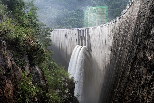 Zbiornik w głębokiej górze zaczął odprowadzać powódź