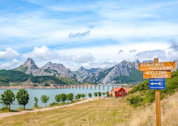Zbiornik w górach picos de europa. camino de santiago, ruta vadiniense. kantabryjczyk, riano, prowincja leon. kastylia i leon, północna hiszpania