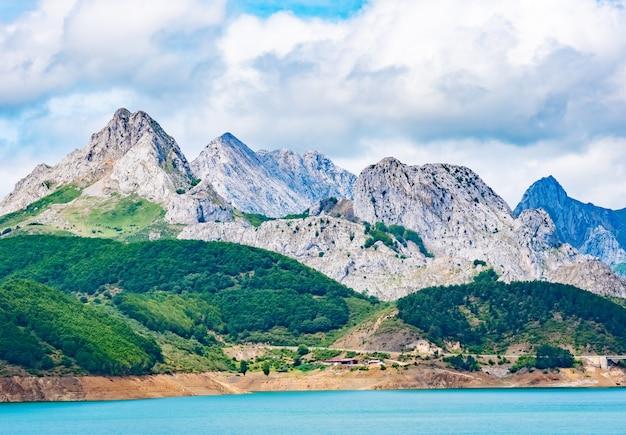 Zbiornik w górach picos de europa. kantabryjczyk, riano, prowincja leon. kastylia i leon, północna hiszpania