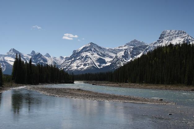 Zbiornik wodny otoczony chmurami w parkach narodowych banff i jasper