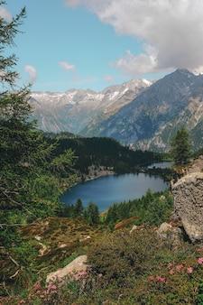 Zbiornik wodny otoczony pasmem górskim