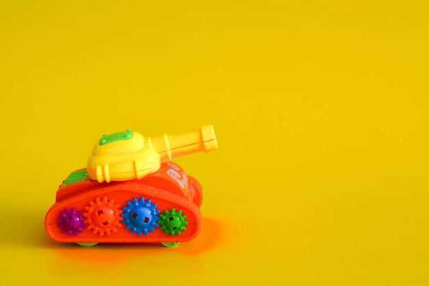 Zbiornik z zabawkami na białym tle