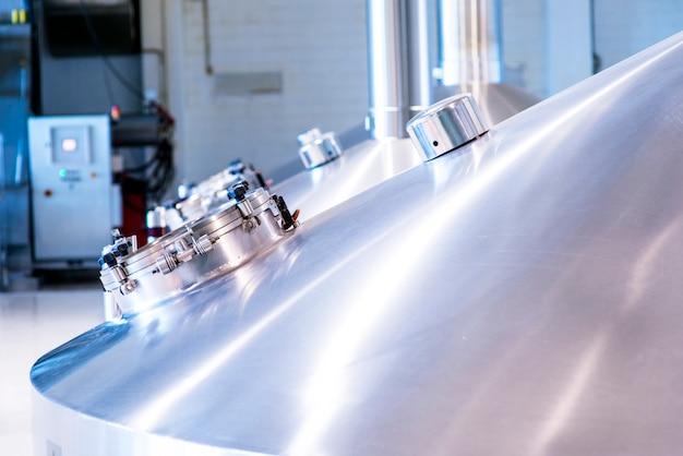 Zbiorniki do przechowywania piwa. nowoczesna produkcja piwa.