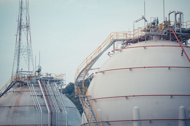 Zbiorniki kuliste białe zawierające gaz opałowy propan