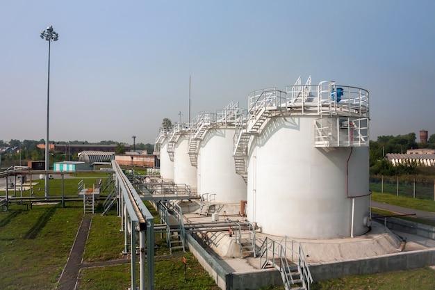 Zbiorniki magazynowe paliw kompleksu tankowania na lotnisku