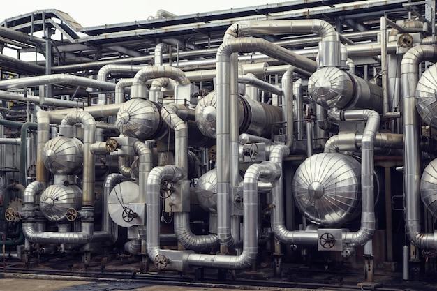 Zbiorniki poziome i widok wymiennika ciepła do destylacji rurociągów w oleju i gazie