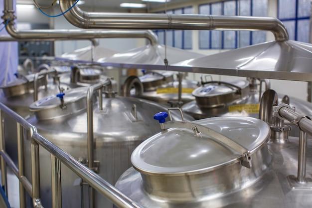 Zbiorniki ze stali nierdzewnej z pokrywą ze stali nierdzewnej z ciśnieniomierzem w zbiorniku wyposażenia do czyszczenia i uzdatniania wody w zakładzie szamponów