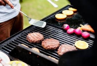 Zbliżenie kulinarni hamburgerów paszteciki na węgle drzewnym piec na grillu