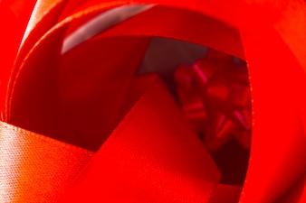 Zbliżenie zakrzywionej wstążki plamy czerwony