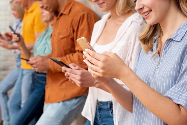 Zbliżeni ludzie sprawdzają urządzenia