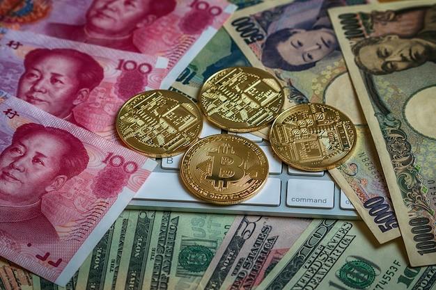 Zbliżenia bitcoins mockup na pieniądze papierowym banku różnorodny kraj, cryptocurrency i inwestycja co ,.