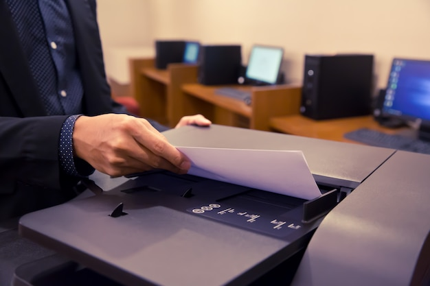 Zbliżenia biznesmeni używają kserokopiarek.