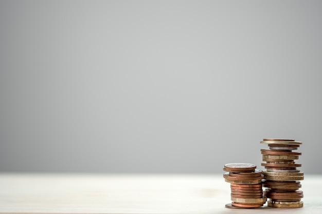 Zbliżenia dorośnięcia monety broguje z białym tłem.