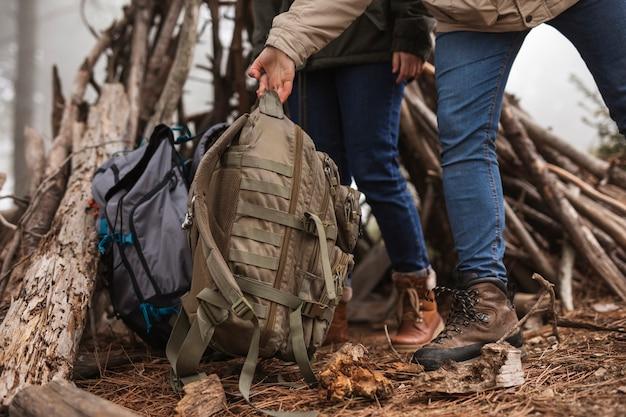 Zbliżenia ludzie z plecakami w naturze