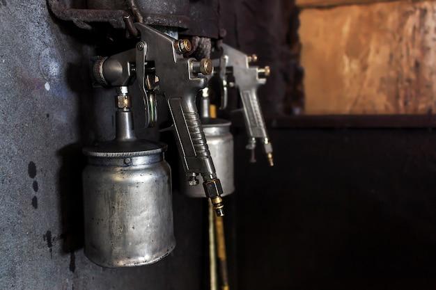 Zbliżenia starego metalu genialny kiść pistolet z miękką ostrością w tle. nad światłem