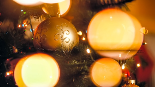 Zbliżenie abstrakcyjny obraz lampek choinkowych i zdobione choinki