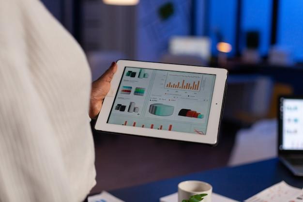 Zbliżenie afroamerykańskiego przedsiębiorcy analizującego zysk firmy