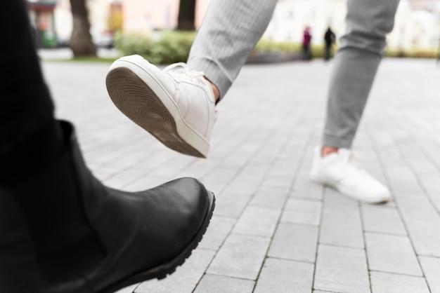 Zbliżenie alternatywnych pozdrowień uderzenia stopy