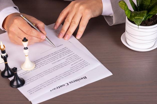 Zbliżenie: ambitny człowiek biznesu podpisywania umowy w firmie