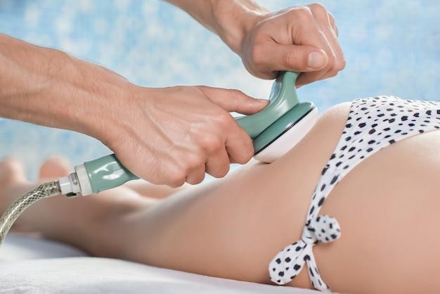 Zbliżenie antycellulitowego masażu pośladków kobiety