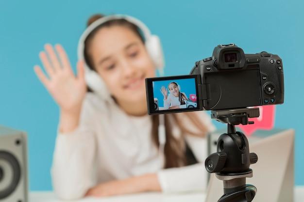 Zbliżenie aparat na statywie nagrywanie młoda dziewczyna