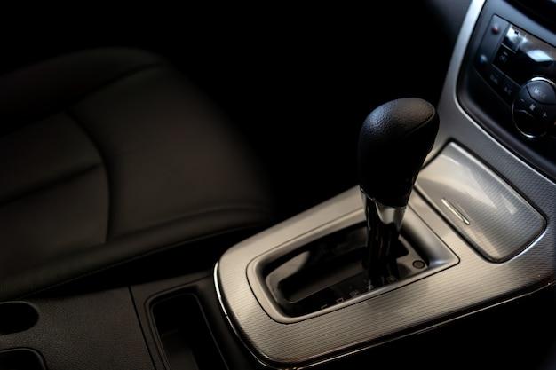 Zbliżenie automatyczna przekładnia w nowym samochodzie