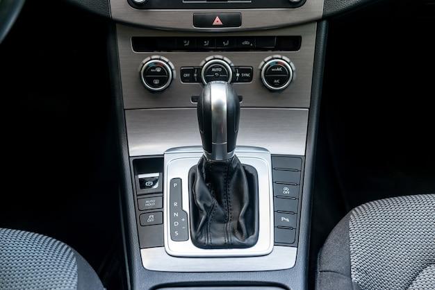Zbliżenie automatycznej skrzyni biegów w salonie samochodowym