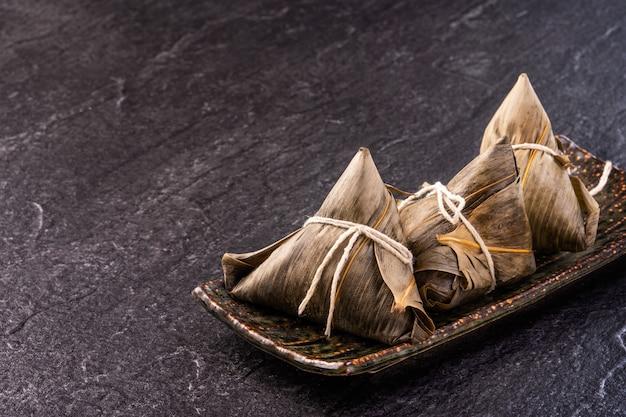 Zbliżenie azjatyckich chińskich domowej roboty zongzi - knedle ryżowe jedzenie na festiwal dragon boat