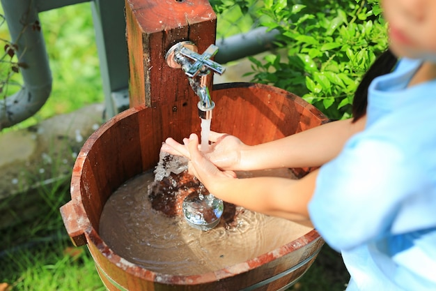 Zbliżenie azjatyckie małe dziecko dziewczynka mycie rąk w zlewozmywakach