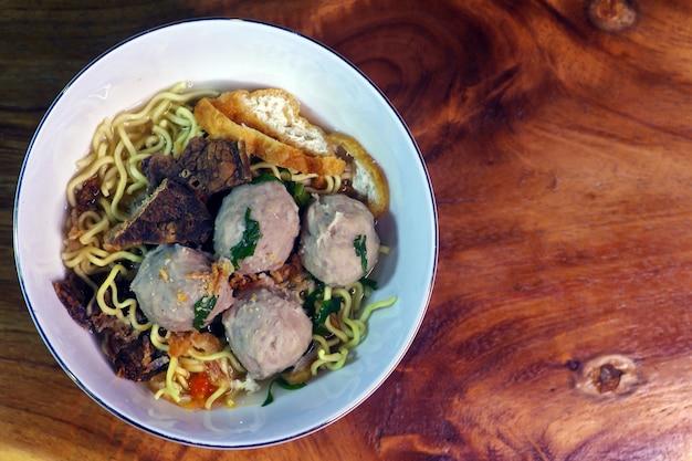 Zbliżenie bakso, klopsik z makaronem, tradycyjne jedzenie z indonezji