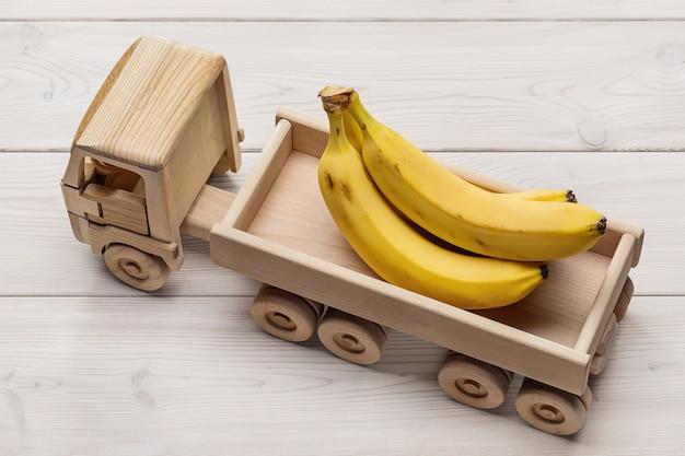 Zbliżenie bananów w ciężarówce z przyczepą
