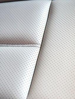 Zbliżenie białego skórzanego fotelika samochodowego nowoczesnego samochodu