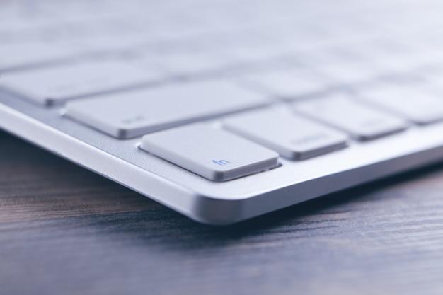 Zbliżenie białej klawiatury na biurku