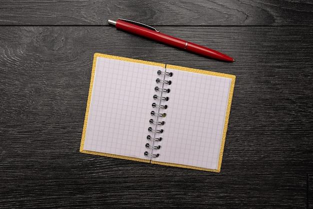 Zbliżenie białych elementów układanki do połączenia z brakującym ostatnim elementem umieszczonym na a